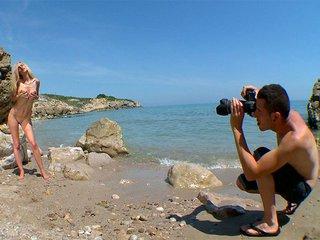 Eli Tetonas exhibe ses tétons et son clito en bord de plage