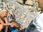 Mature naturiste baisée sur une plage