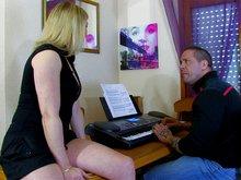 Blonde fatale prof de piano tronchée par une grosse teub