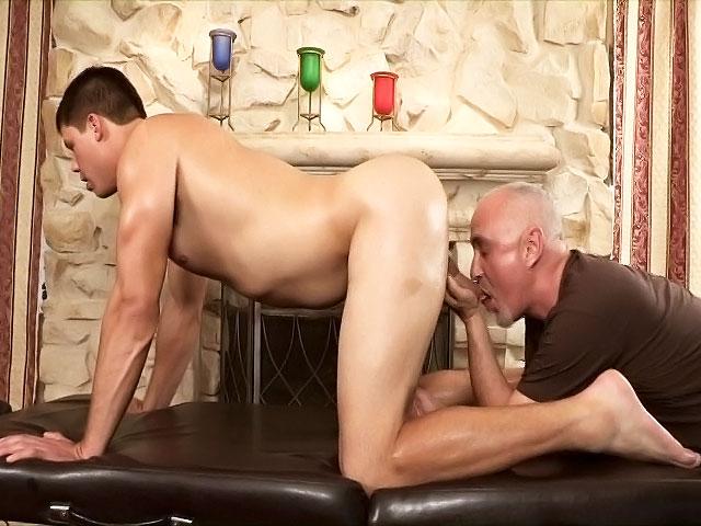 Aaron le beau gosse se fait masser