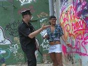 Jenny la autora de graffiti se deja follar el culo por la policía
