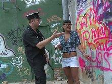 Jenny la tagueuse se fait destroyer la rondelle par la police