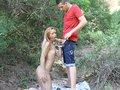 Déboîtage d'une blonde latine en forêt