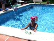 Une punkette se fait reluire la cramouille dans une piscine