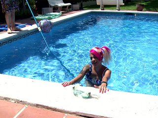Video porno Une punkette se fait reluire la cramouille dans une piscine