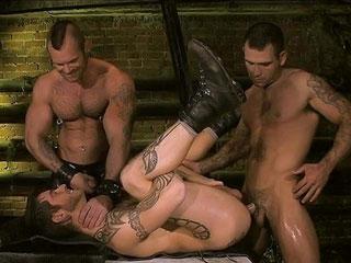 Trio de gay enragé baise dans les égouts