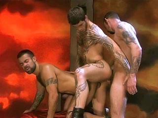 Trois bad boys s'enculent à la chaine