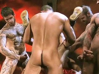 Bella orgia di pornostars gay