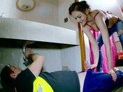 Tina se fait dérouiller la plomberie