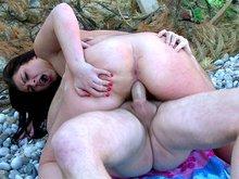 Tania Berry copule sur des galets