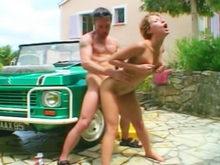 Michaela May, enculée sur la voiture !