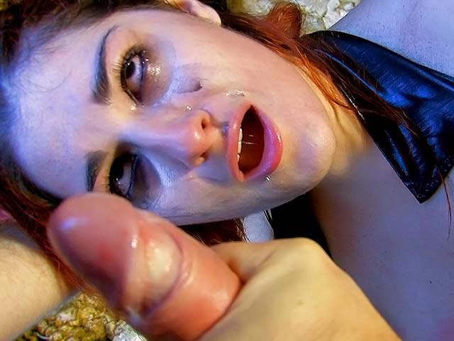 Belle brunette se fait  molester l'anus