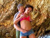 Tania baise entre deux rochers