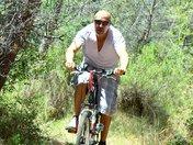 Mr VTT tromba una giovane atleta nel bosco