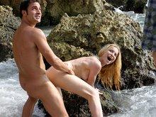 Carla la blonde latine baisée par une brunette et un photographe