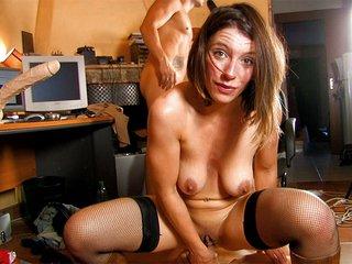 Amélie la secrétaire étroite se fait casser le cul