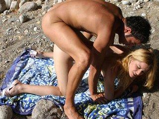 Carla Bandera la blonde latine baisée par une brunette et un photographe 3