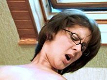 Femme à lunettes femme à quequette dans le cul
