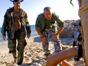 Bettina la captive de la plage offre ses trous � un marin