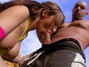 Eva Lange fait du porn fitness sur le sable