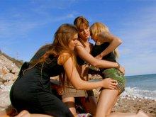 3 salopes bisexuelles, 2 salopards arm�s, 1 plage, pleins de possibilit�s