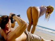 Ginger la cougar shootée dans tous les sens sur une plage