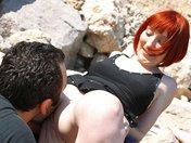 Mahylis la rouquine se fait explorer la moule sur un rocher