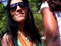 Beauté black latina tronchée dans un bosquet