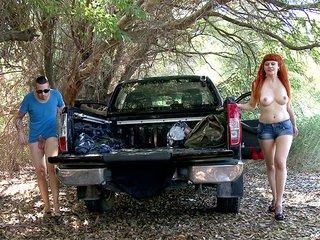 Lili la rouquine auto-stoppeuse qu'on enfile dans les bois