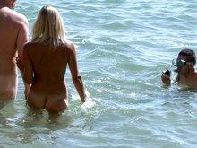 Triolisme d'un couple libertin sur une plage