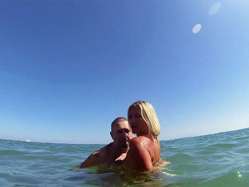 Triolisme d'un couple libertin sur une plage - Terry qui passe ses vacances sur une plage espagnole avec sa blonde une Milf nymphomane qui adore s'emboiter avec toutes les teubs qu'elle croise. Apr�s s'�tre baign�e � poil avec son homme dans la mer devant un voyeur hispanique les choses s�rieuses commencent lorsque que madame commence � pomper son �poux pendant que le voyeur s'approche avec sa bite dans une main et sa GoPro dans l'autre. Avec au menu: turlute, 69, Milf en mode femme fontaine, levrette, triolisme, sodomie conjugale et extra-conjugale, double p�n�tration et �jac faciale sur trombine de Milf.