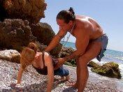 Esercizi di porno fitness di una rossa su una spiaggia iberica