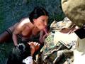 Deux nymphos s'occupent d'un bidas au pilori - Pour ces deux salopes en rut permanente, ce militaire emprisonn� dans un pilori est une v�ritable aubaine ! Une proie facile dont elle n'h�siteront pas � abuser jusqu'� la derni�re goutte de sperme !