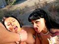 Deux nymphos s'occupent d'un bidas au pilori