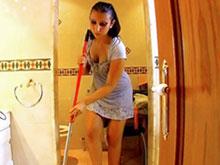 Une femme de ménage recure la bite de Terry