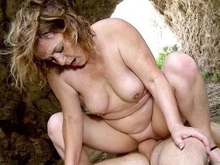 Delia Rosa : Vieille salope baisée dans la nature 1