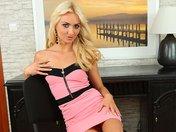 Victoria la blonde qui strip comme une secrétaire