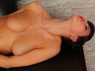 Nicolette strip dans son bureau 4
