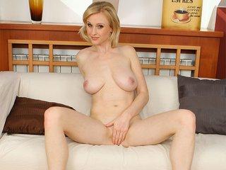Sherry la blonde fatale à gros nichons
