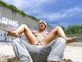 L'Emo girl au style undercut se fait déboiter la mâchoire sur le sable