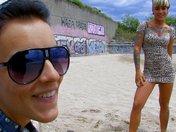 L'Emo girl au style undercut se fait d�boiter la m�choire sur le sable
