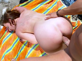 Kim Equinoxx en trio avec deux queutards sur une plage 3