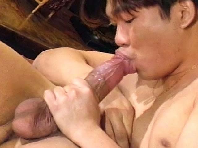 Piccola zietta inculata da un grosso cazzo asiatico