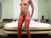 Brunette transsexuelle en bustier rouge