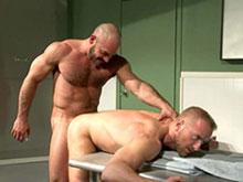 Technicien de surface se fait recurer l'anus