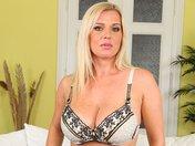 Britney dévoile ses gros nichons sur son canap