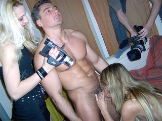 Un acteur porno, une blonde, une cameraman, trois possibilités - Jessica, une belle blonde cameraman est tout émoustillée en apprenant qu'elle va avoir l'honneur de filmer Suzana et Atila un couple de pornostar ibériques. À peine les préliminaires commencés que la belle Jessica ne peut s'empêcher de pomper la grosse queue d'Atila. Ensuite notre belle blonde cameraman se fera brouter la moule par Suzana pendant que cette dernière se fait prendre en levrette par son homme. Enfin Suzana recevra à pleine bouche la semence d'Atila devant l'objectif de Jessica qui n'en perd pas une miette.
