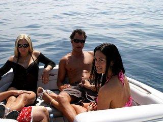 Enfilades de deux salope aux gros seinss sur un bateau