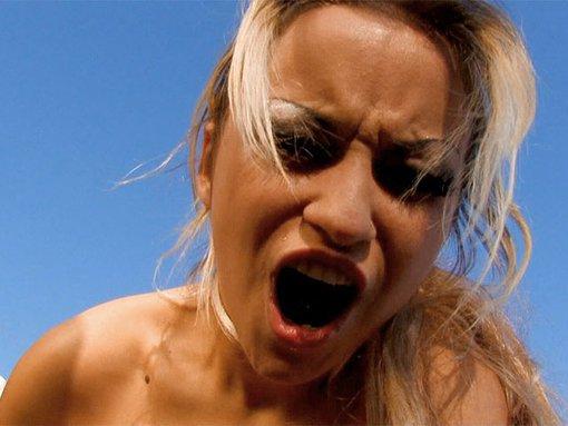 Kristal s'embroche une teub de plage - La jolie Kristal est heureuse de nous pr�senter la teub de Jorge qui se baladait sur une plage ib�rique. La belle blonde en aura pour son plaisir, apr�s une bonne turlute elle se fera prendre la cramouille dans tous les sens...