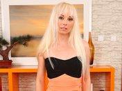 Jade la blonde fatale qui s'effeuille avec sensualité